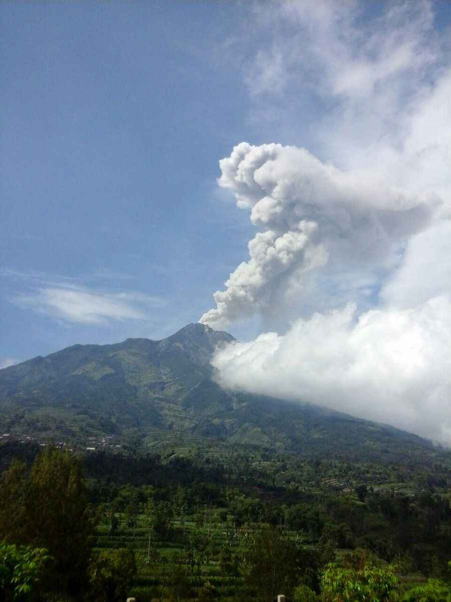 Merapi - panache de l'éruption phréatique du 21.05.2018 / 9h40 d'un autre point de vue  - photo BNPB
