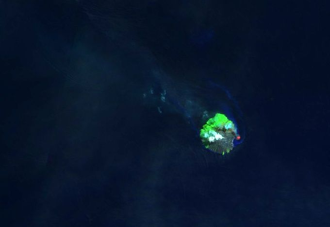 Kadovar - image Sentinel 2 SWIR from 15.05.2018 - summit plume and incandescence of the costal dome