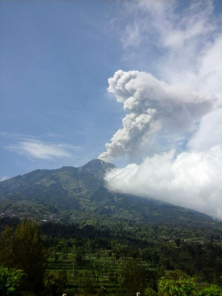 Merapi - plume of the phreatic eruption of 21.05.2018 / 09.38WIB rising to 1,200 meters - photo BNPB