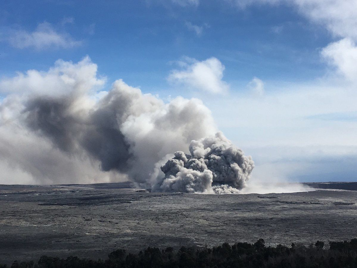Kilauea - ash emissions at crater Overlook this 23.05.2018 - USGS photo