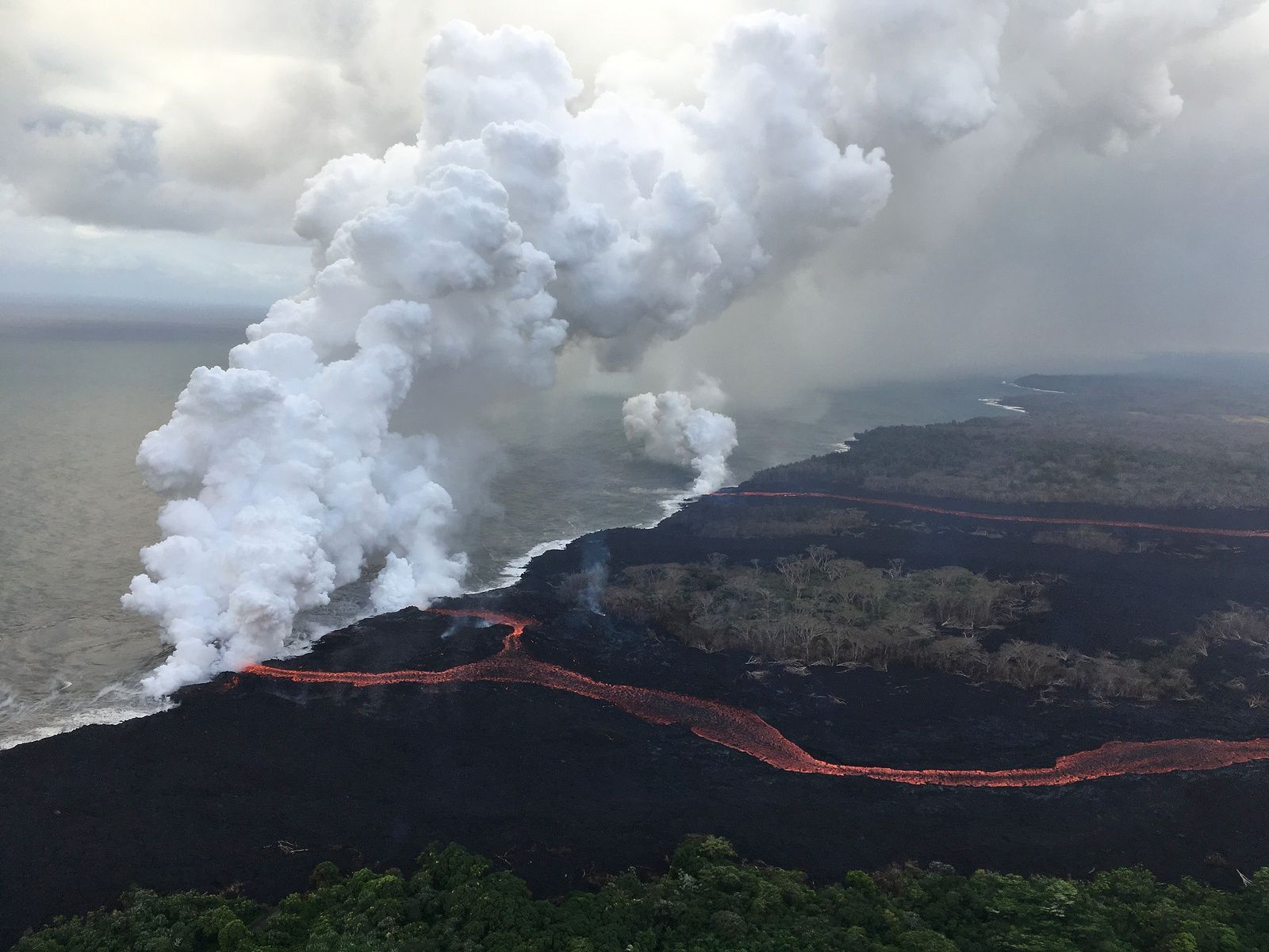 Kilauea East Rift Zone: Two channeled streams fuel three lava inlets in the ocean - Photo USGS / M.Patrick 24,05,2018