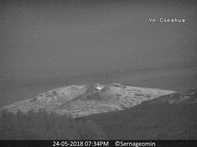 Copahue - incandescence in the crater on 24.005.2018 / 19h34 - webcam Sernageomin