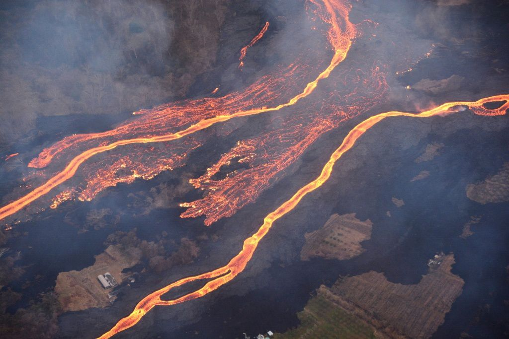 Kilauea East rift zone : Lava flows feeding entrances into the ocean overflowing canals, in an atmosphere charged with sulfur dioxide emitted by cracks - photo Hilo Civil air patrol / J.Ozbolt