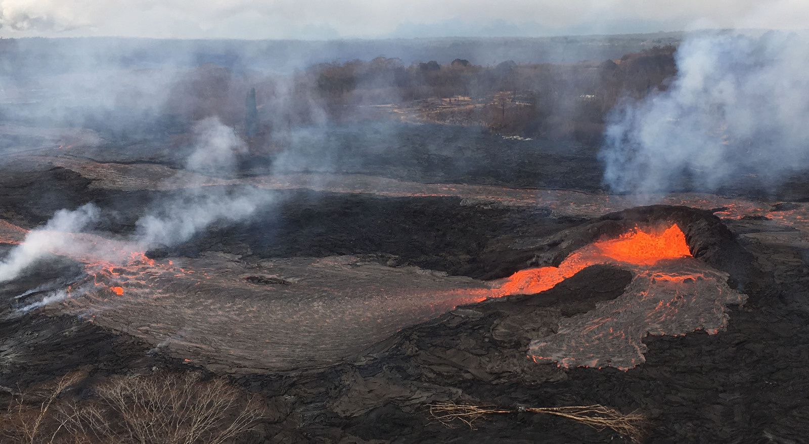 Kilauea East rift zone - 25.05.2018 / 5:45 am - a spatter cone formed on crack 6; breached, he feeds a small lava pond, then the flow towards the ocean - photo Bruce Omori / Paradise helicopters
