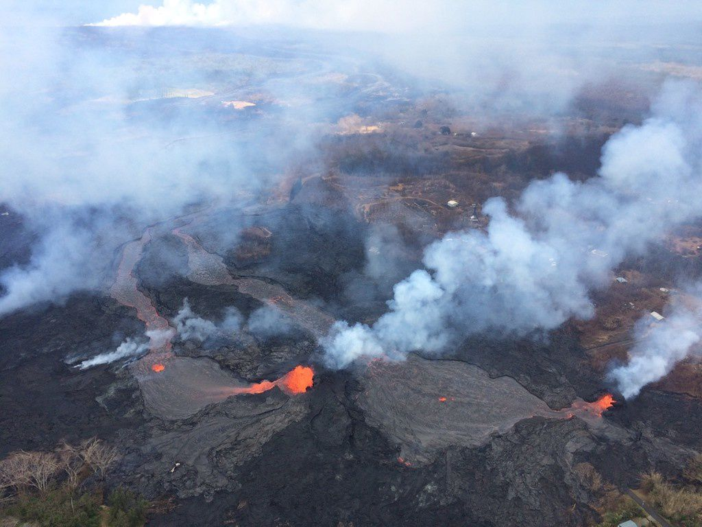 Kilauea East Rift Zone - 25.05.2018 - fissures 6 (left) and 13 (right) and the lava flows they feed towards the west entrance to the ocean - photo Bruce Omori / Paradise helicopters