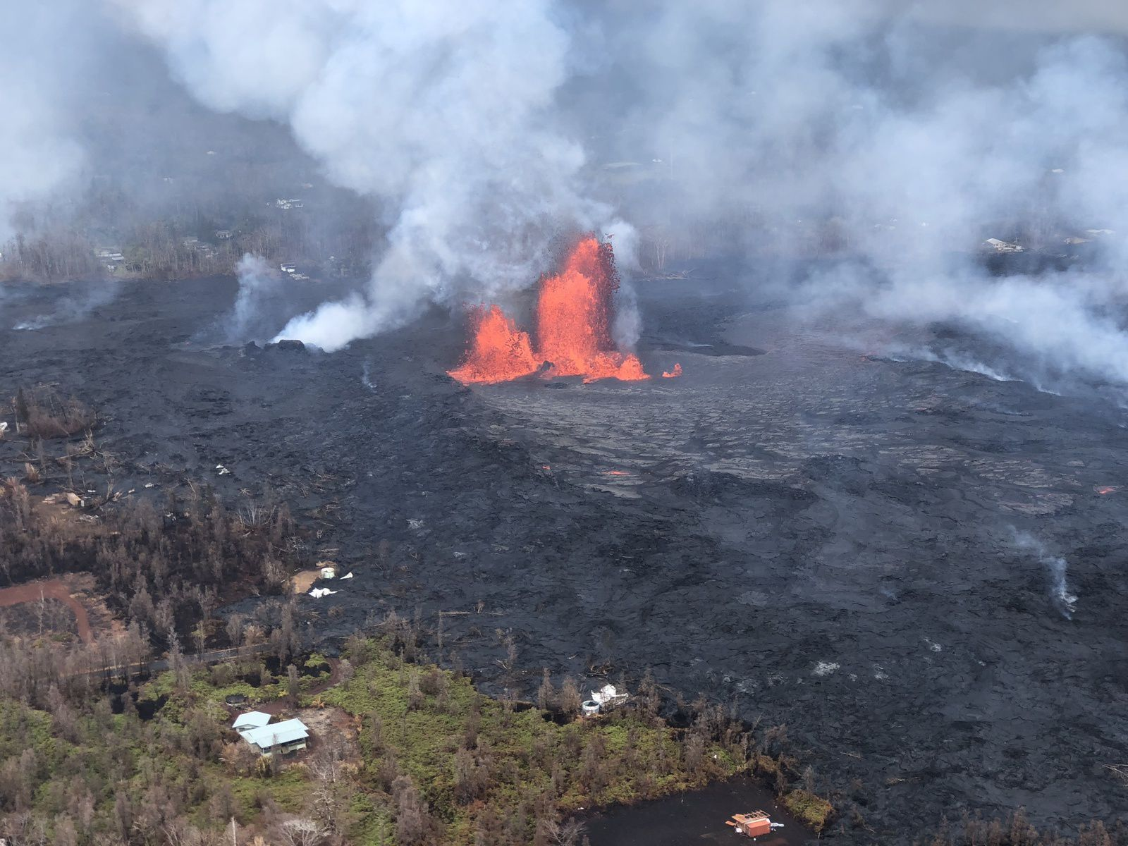 Kilauea East rift zone - lava fountains on crack 8 on 28.05.2018 - photo HVO-USGS