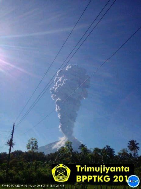 Merapi - éruption phréatique du 1° juin 2018 / 8h20 -22 - photo  BPPTKG
