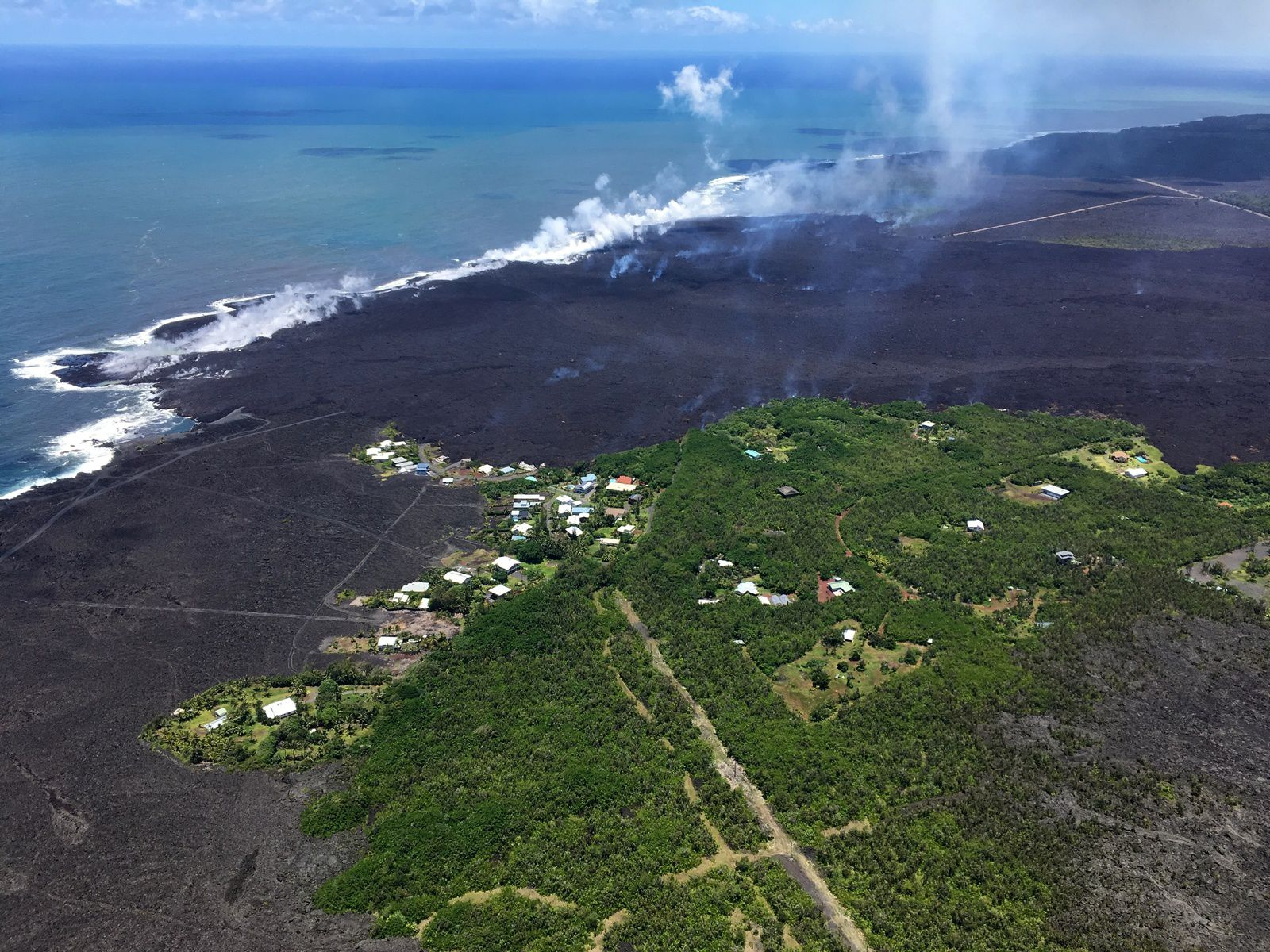 Kilauea East rift zone - 06,06,2018 / 13h HST - lava front at the entry of the lava of the fissure 8, and remnants of Kapoho Beach Lots subdivision - HVO-USGS photo