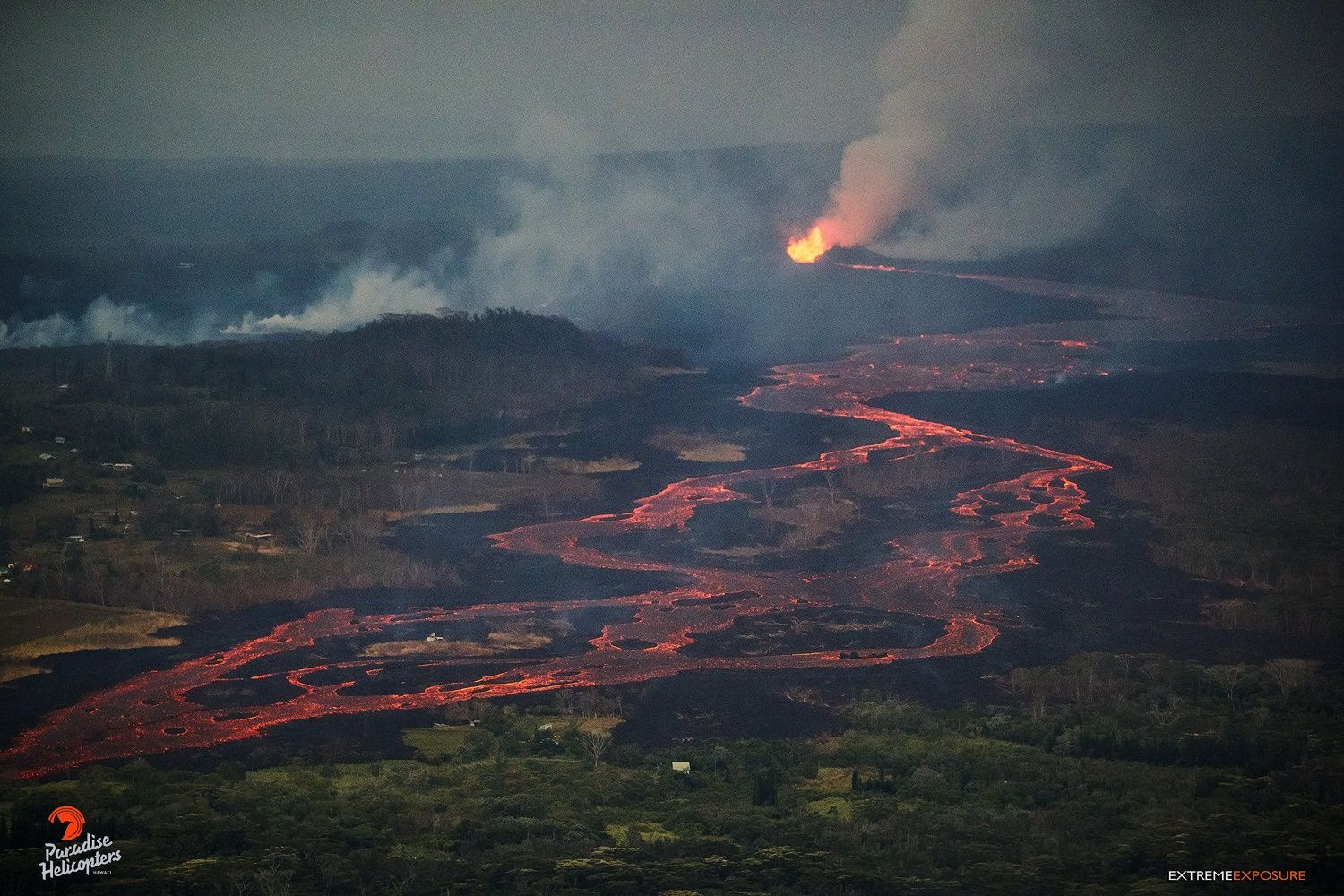 Kilauea East rift zone - 09.06.2018 5h45 - fountaining on fissure8 and channelised lava flow - photo Bruce Omori