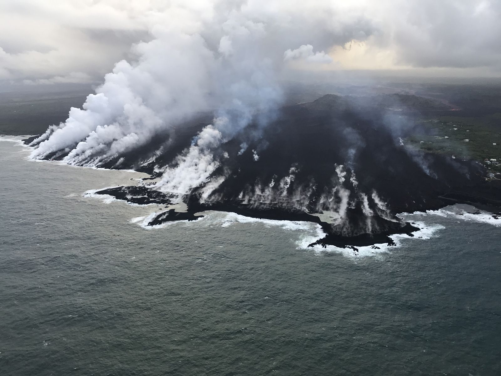 Kilauea East Rift Zone - Entry into the Ocean at Kapoho: Small and Large Plumes - Photo HVO-USGS 12.06.2018 / 6:50