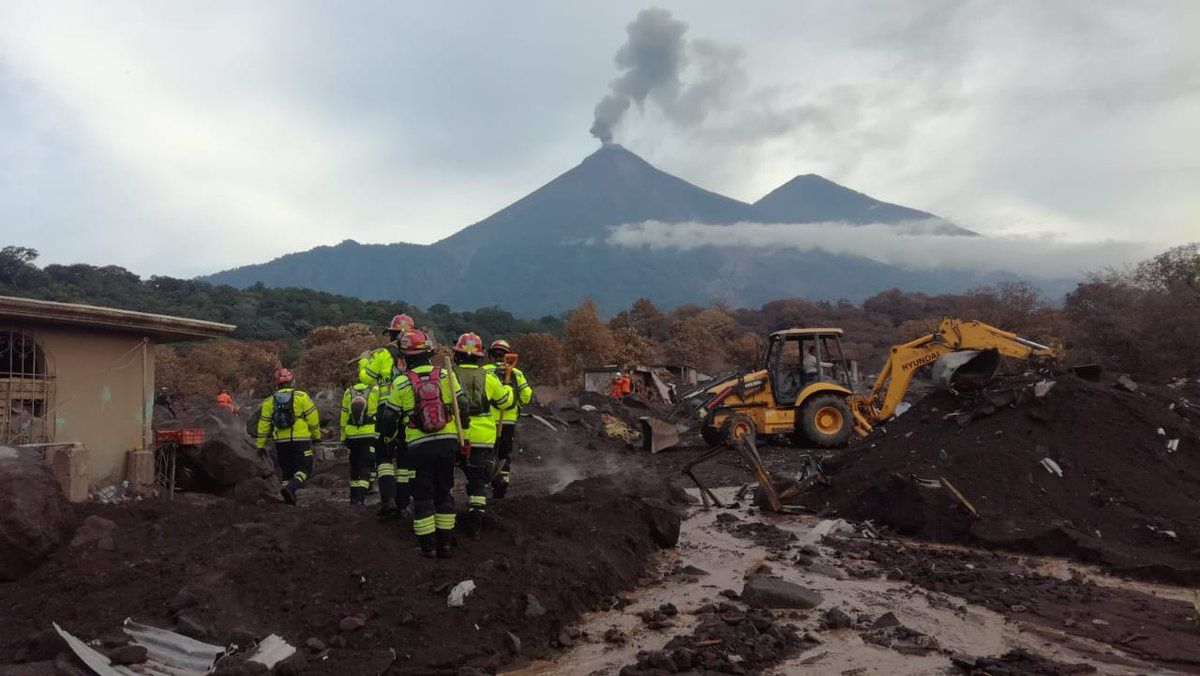 Fuego - research continues in the areas affected by the pyroclastic flow - photo Bomberos Municipales Departamentales.