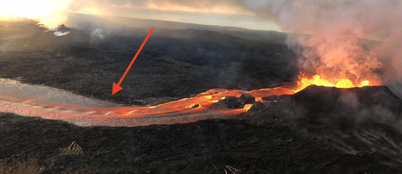 Kilauea East rift zone - Standing waves form in the lava flow near the vent (red arrow) - USGS photo 14.06.2018