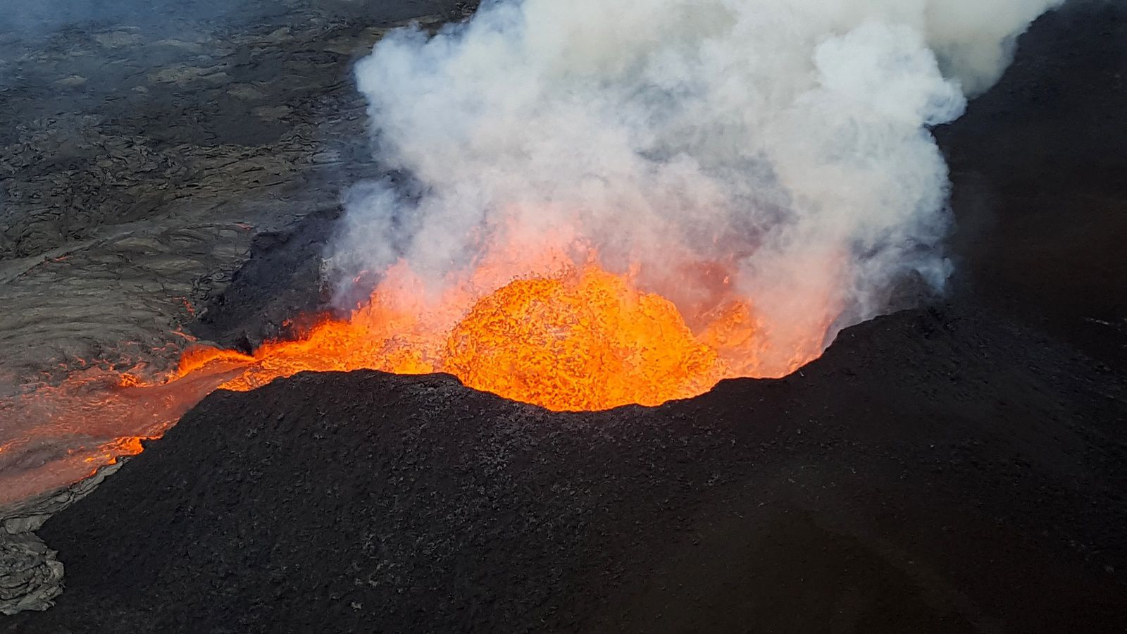 Kilauea East rift zone - lava fountains and cone on fissure 8 - photo HVO-USGS