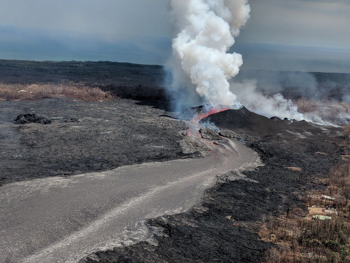 Kilauea East rift zone - Fountaining at the spatter cone of fissure 8 and lava flow on 18.06.2018 in the afternoon - USGS photo