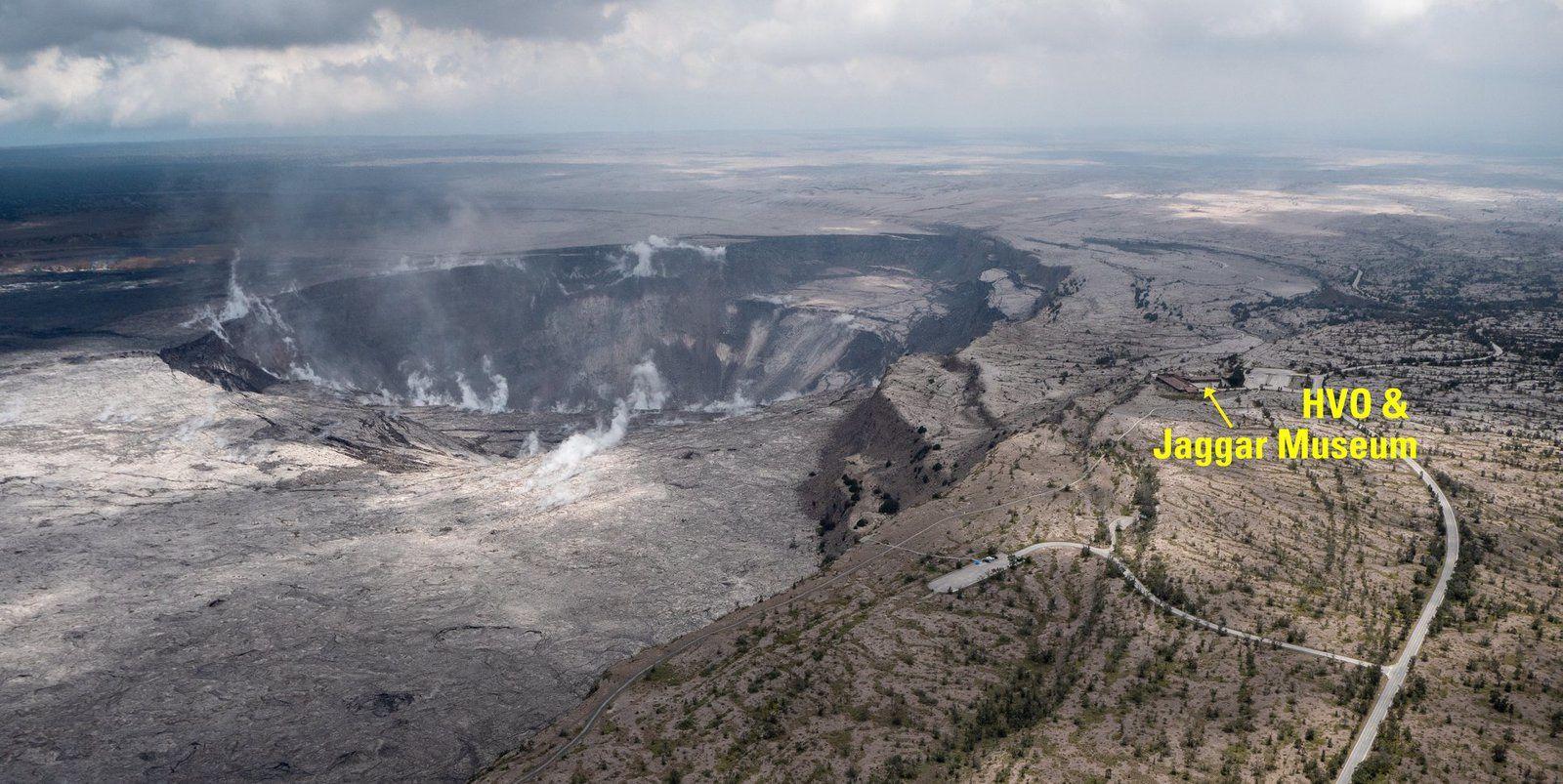 Kilauea sommet - position scabreuse de l'HVO et du Jaggar Museum par rapport au cratère Halema'uma'u qui s'aggrandit - photo USGS