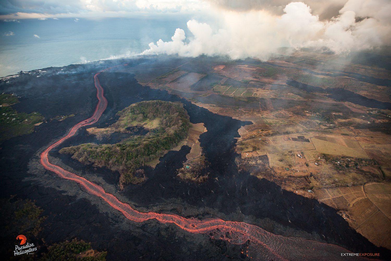 Kilauea zone de rift Est - 21.06.2018 - la coulée de lave déviée par le cratère en croissant Kapoho dans sa route vers l'océan  - photo Bruce Omori