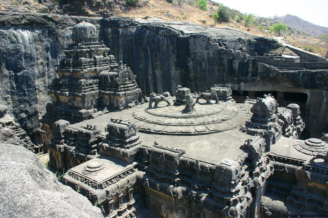 The temple of Kailasanatha, excavated in the basalts of the Deccan - photo Y.Shishido