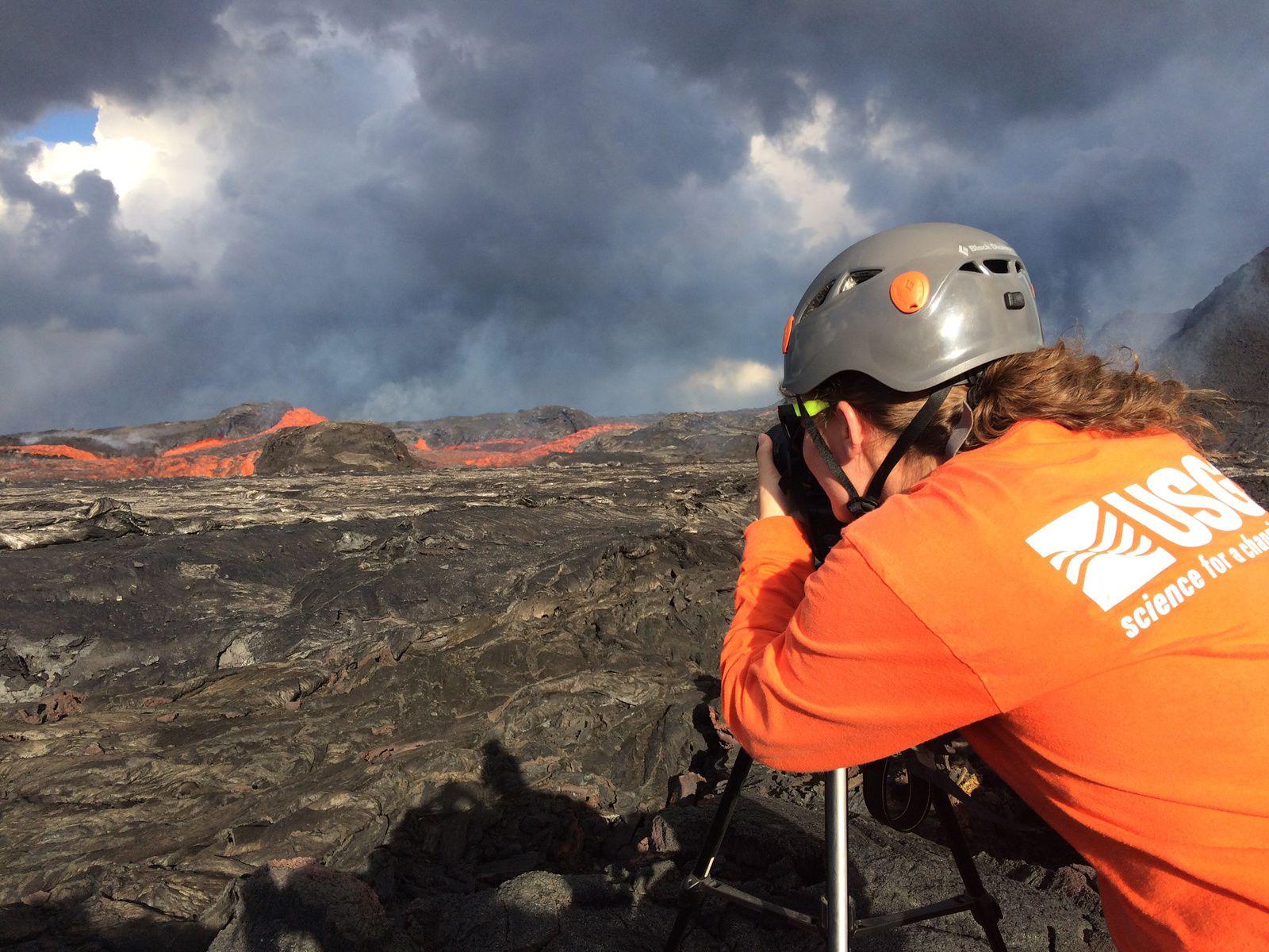 Kilauea  zone de rift Est - Contrôles à la sortie du cône sur la fissure 8 par un volcanologue del'USGS - la vitesse de la coulée est mesurée à 30 km/h.