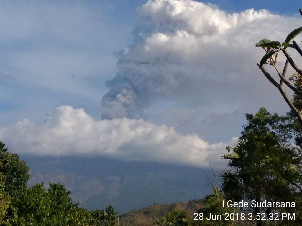 Agung - émission de gaz et d'un peu de cendres le 28.06.2018 / 15h52 WIB - photo Magma Indonesia