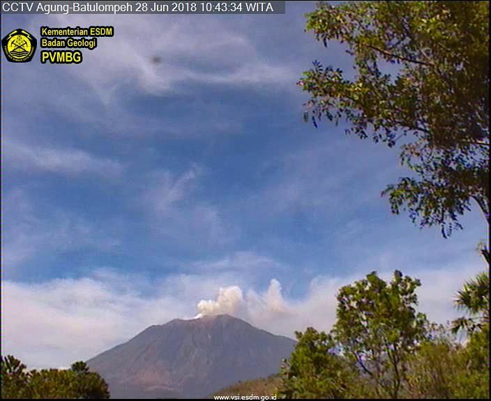 Agung - emission of gas and some ash 28.06.2018 / 10:43 WIB - webcam PVMBG