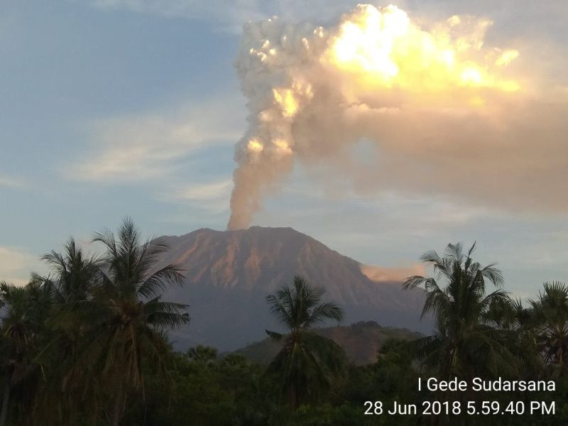 Agung - émission de gaz et d'un peu de cendres le 28.06.2018 / 17h59 WIB - photo Magma Indonesia