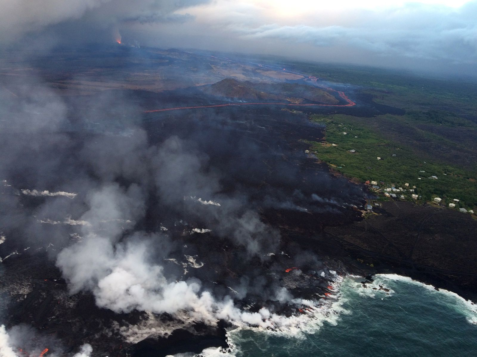 Kilauea East rift zone - lava mainly enters the sea north side of the delta - picture HVO-USGS