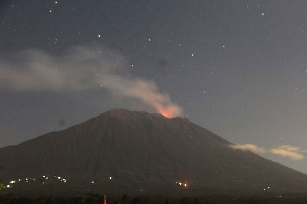 Agung - 30.06.2018 - nighttime glow - photo BNPB