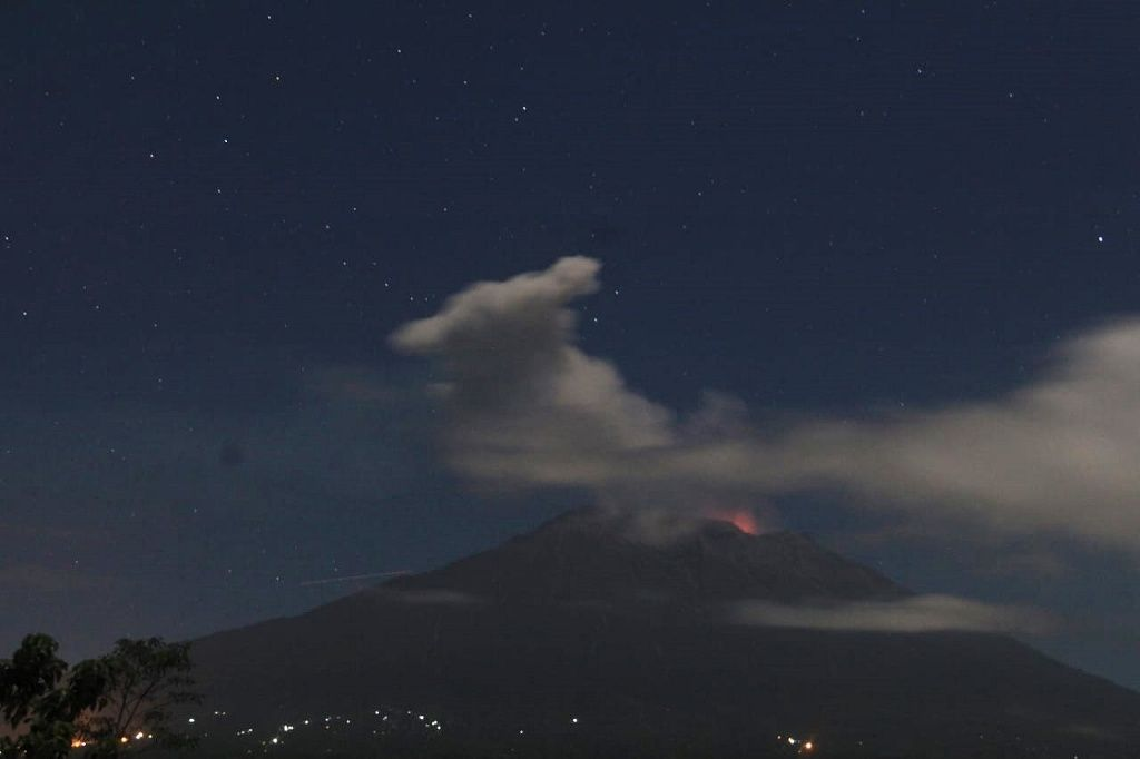 Agung - 01.07.2018 / 01h51 - white plume and incandescence at the crater - photo BNPB