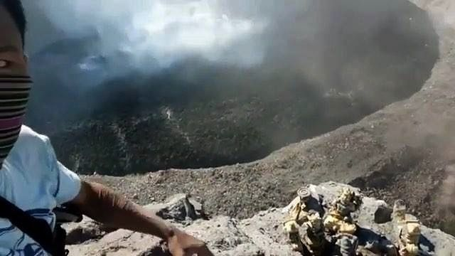 Agung crater - superposition of a new lava cake - extract from the video Info Bali Terkini / 01.07.2018
