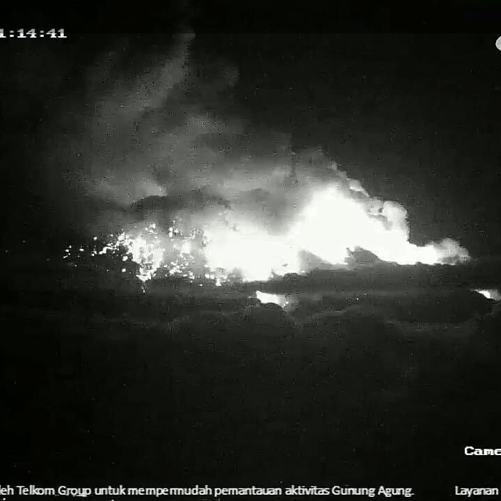 Agung - development of strombolian eruption at 21:08 / webcam VSI and 21:14 / Instagram respectively