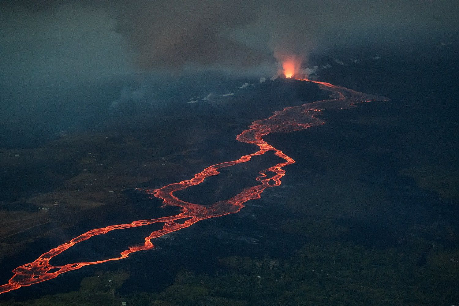 Kilauea East Rift Zone - Fissure 8 feeds a perched canal - photo 02.07.2018 / 05:45 Bruce Omori / Paradise helicopters