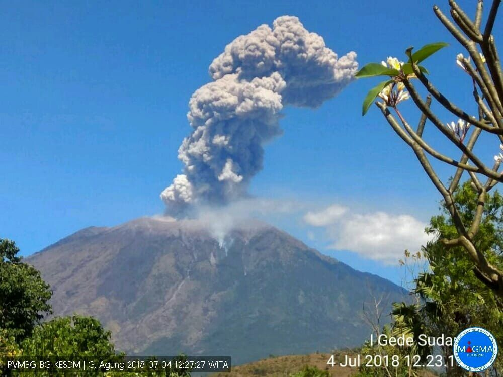Agung - plume of ashes from 04.07.2018 / 12h27 loc. - photo PVMBG