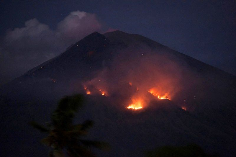 Agung - residual fires this 03.07.2018 seen from the village of Culik, Karangasem - photo Nyoman - Antara
