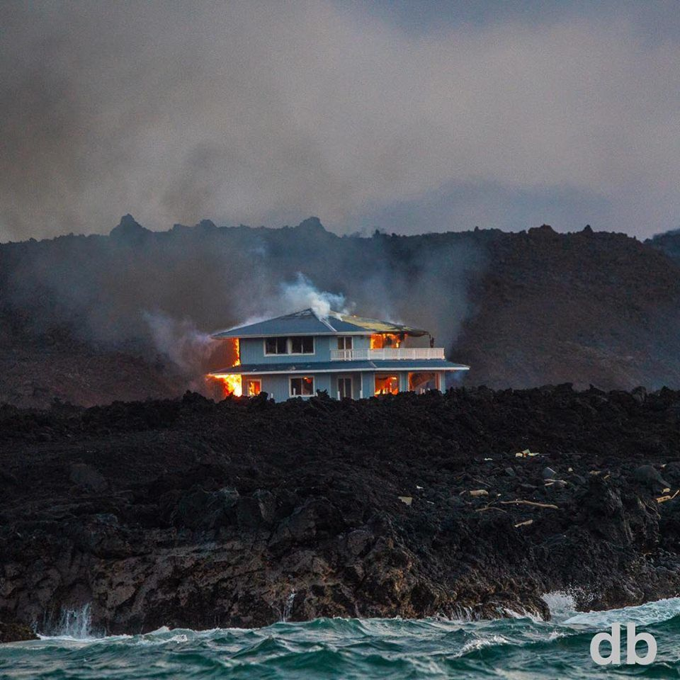 "Kilauea zone de rift Est - la maison ""au toit bleu"" en flammes ce 02.07.2018  - photo Damian Barrios - Hawaii tracker"