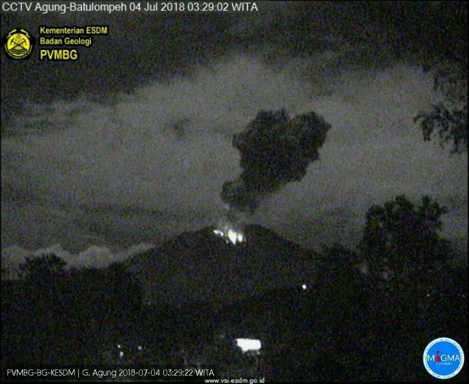 Agung - eruptions of 03.07.2018 / 04:19 and 04.07.2018 / 3:29 - webcam PVMBG - one click to enlarge