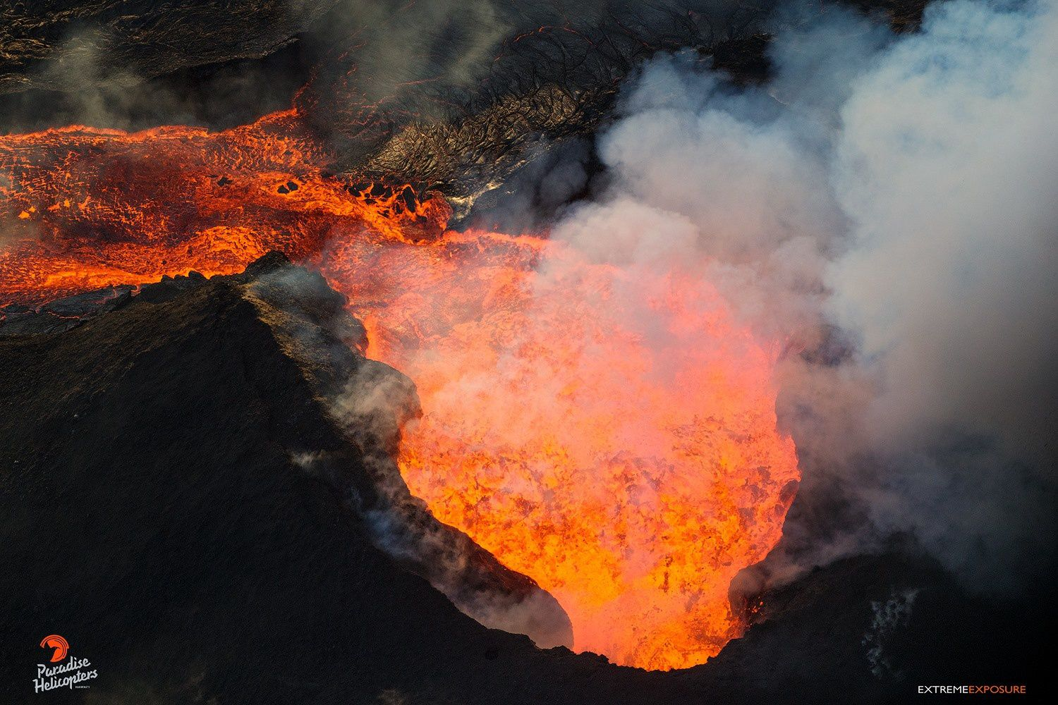 Kilauea East rift zone - lava comes out in large quantities from the spatter cone established on the fissure8 - photo Bruce Omori 11.07.2018