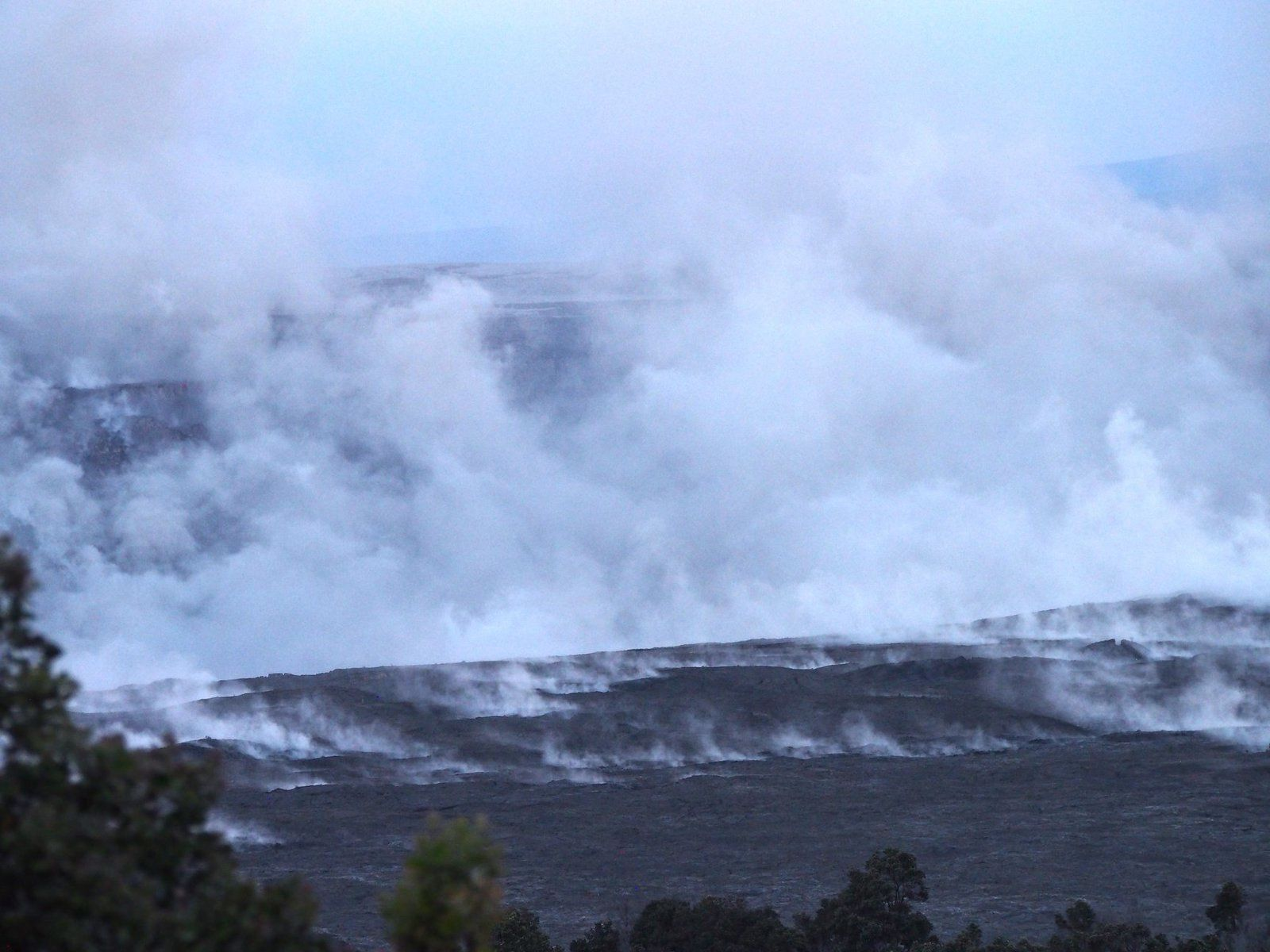 Kilauea summit - 11.07.2018 / 5:48 - Steam tainted with a bit of ash after the collapse / explosion - photo Don Swanson via USGS.