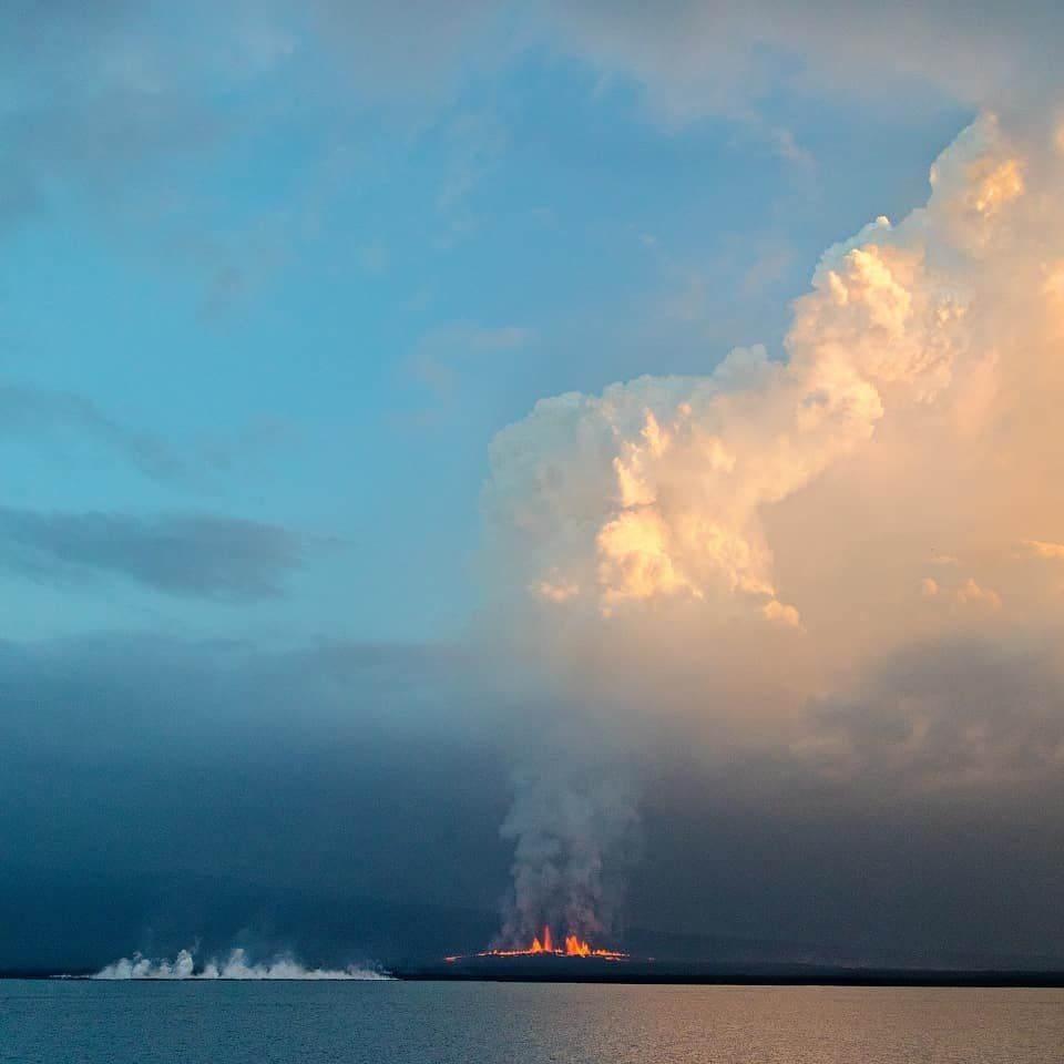 Sierra Negra - Lava Fountains, Plume of Gas / ash and Flooding Arrival - Photo 2018.07.11 by Ben and Matt Tanzer / Instagram
