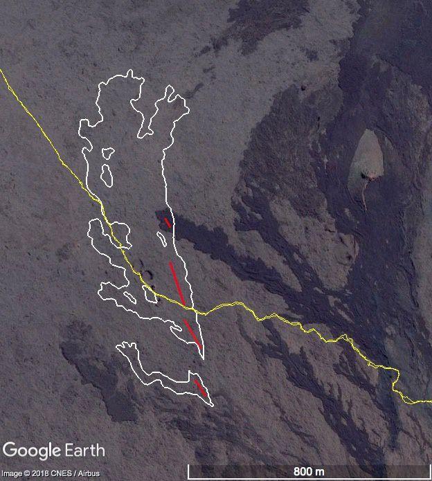 Piton de La Fournaise 14.07.2018 - cartographie des coulées de lave émises lors de l'éruption du 13 juillet 2018 réalisée à partir d'images aériennes traitées par stéréophotogrammétrie. - En jaune, le sentier de randonnée, coupé par les coulées -contour blanc- émises par les 4 fissures - lignes rouges - Doc OVPF