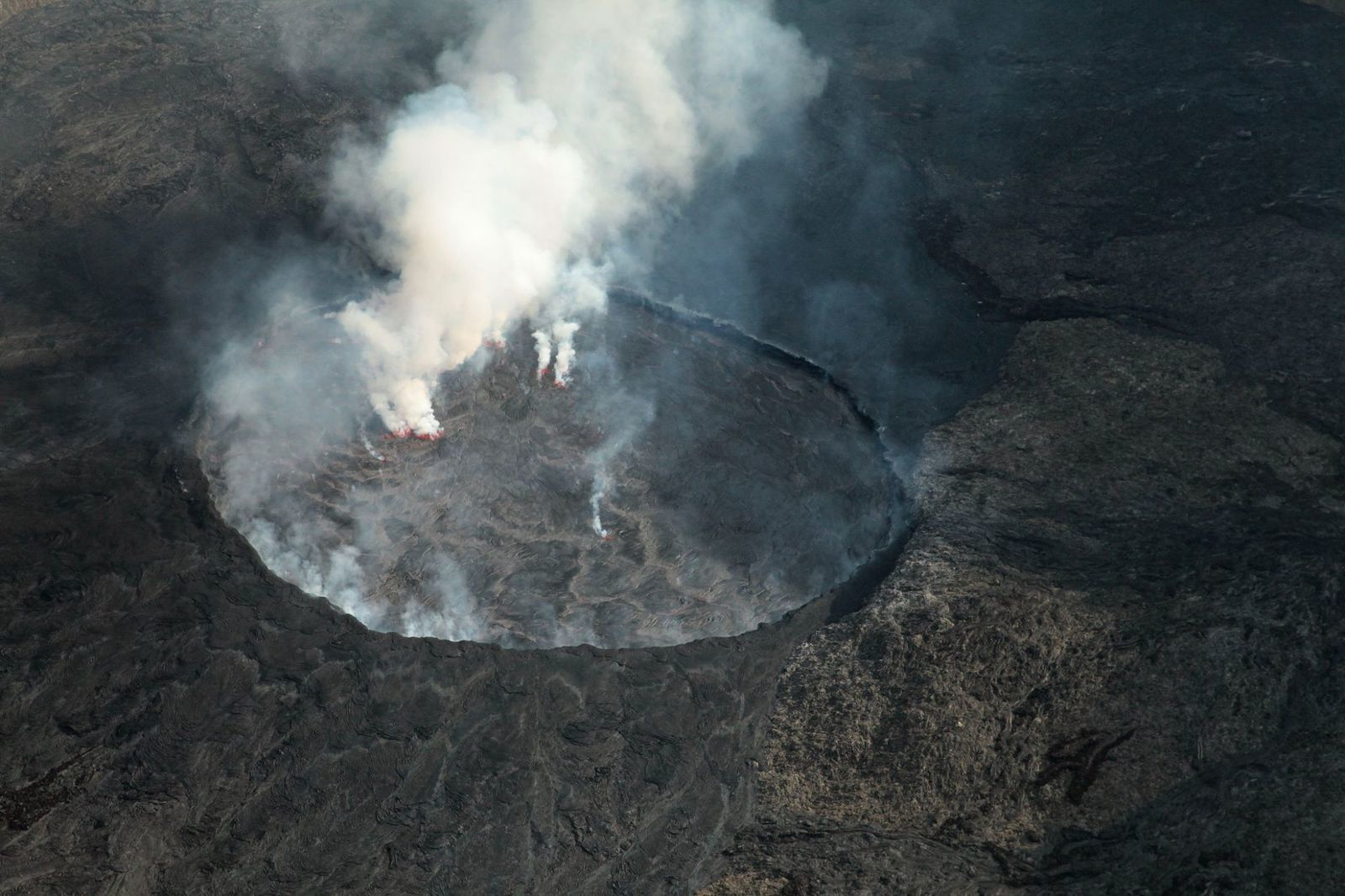 Nyiragongo - the lava lake and the cone attached to the walls; between the two, the flows of the cone towards the lake - photos Dario Tedesco 22.07.2018