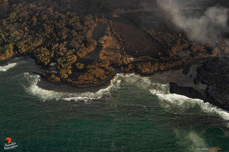 Kilauea zone de rift Est - 23.07.2018 - vue générale des baies côté sud des étendues de lave ; à droite, la nouvelle barre de sable au lieu-dit Bowls - à gauche, le spot de surf de Shacks  - photo Bruce Omori