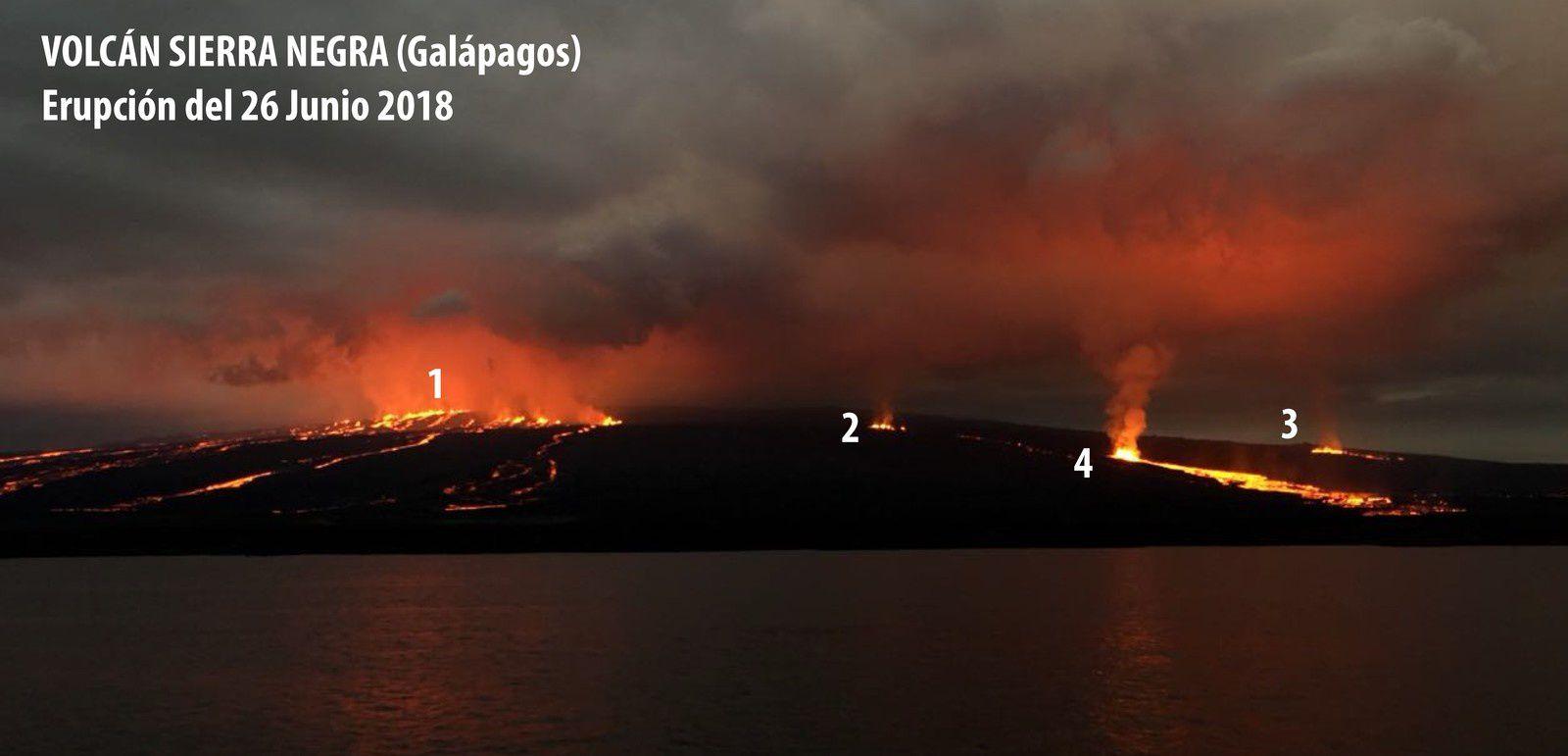 Sierra Negra - photo prise le 26.06.2018 depuis une embarcation dans la Bahía Elizabeth illustrant les différentes fissures actives à ce jour - Fissure 1: est une ouverture située au niveau du bord de la caldeira (1070 m) dans le secteur de Chico volcan; les fissures sont alignées dans la direction ouest - nord-ouest et tangentes au bord de la caldeira; elles ont une longueur de 4 km et des coulées de lave émises depuis le début de l'éruption, à l'intérieur et à l'extérieur de la caldeira, ont couvert une superficie de 16,1 km2, jusqu'au 27 Juin, date de cessation de leur activité .  Fissure 2: situé au nord-ouest de la caldeira, à environ deux kilomètres sous le bord de celle-ci (700 mètres). Elle a une longueur d'environ 250 mètres et a produit des coulées de lave depuis le début de l'éruption, couvrant une superficie de 2,3 km2 jusqu'au 27 juin, date à laquelle elle semble avoir terminé son activité. Il avait une extension d'environ 3 km et sa lave n'atteignait pas la mer. Fissure 3: situé à l'ouest de la caldeira. Cette fissure est d'environ 250 mètres de long et a été active depuis le début de l'éruption, émettant des coulées de lave qui couvrait une superficie d'environ 0,3 km2 jusqu'au 27 Juin quand elle a apparemment conclu son activité. Les coulées de lave avaient une extension d'environ 2 km et leur lave n'atteignait pas la mer . Fissure 4: a été la plus active, et depuis le début de l'éruption a émis des coulées de lave de façon continue. Elle est situé sur le flanc nord-ouest (100 m) à 8 km en aval du bord de la caldeira . Jusqu'au 16 juillet, ses laves couvraient une superficie de 11,6 km2 qui continue de croître au moment de la publication de ce rapport . Entre le 9 et le 10 juillet, les coulées de lave issues de cette fissure ont atteint l'océan et modifié la côte équatorienne. Jusqu'au 16 juillet, le territoire équatorien a augmenté de 0,93 km².