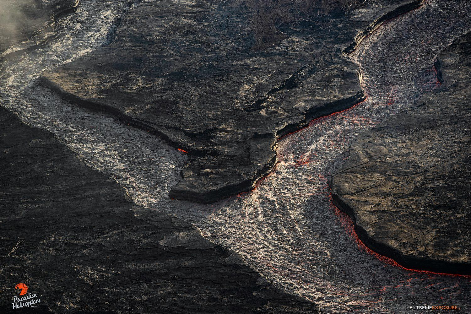 Kilauea East rift zone - the level of lava has dropped in the channel - photo Bruce Omori 24.07.2018 / 6h