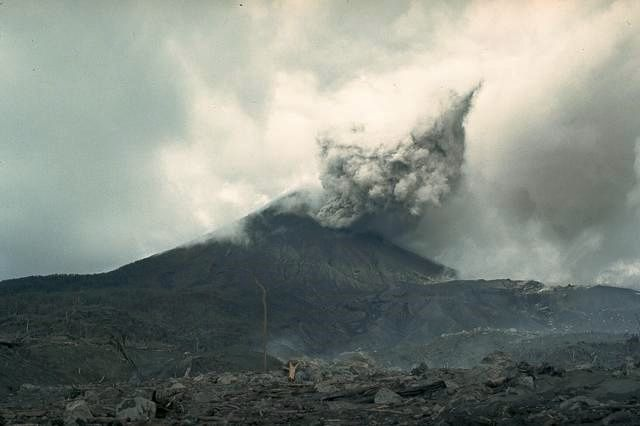 Arenal  - nouvelle phase explosive le 19.09.1968 - photo William Melson, 1968 (Smithsonian Institution)