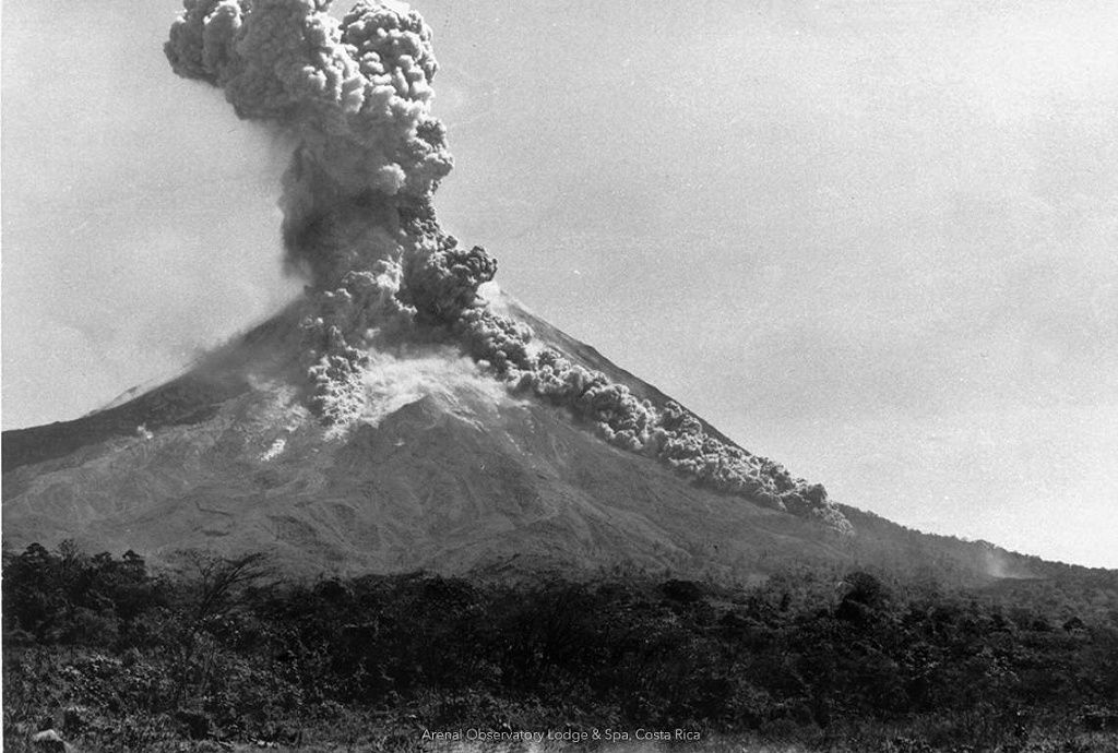 Arenal - pyroclastic flow and eruptive plume - photo Arenal Observatory Lodge & Spa 1968