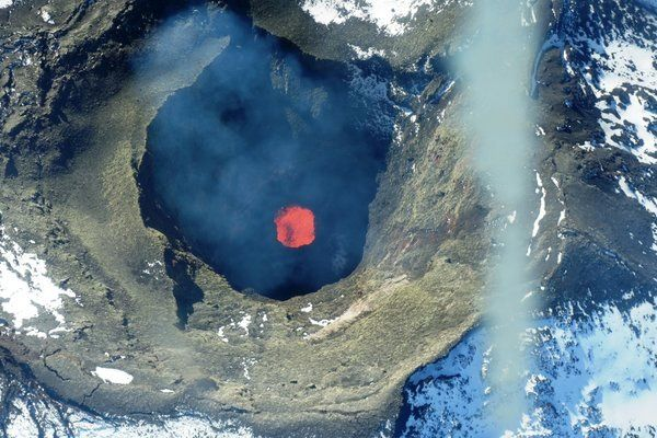 Villarica - the lava lake in 2004 / top photo: Judy Harden - and in 2016 / bottom photo: Elaine Smid Twitter