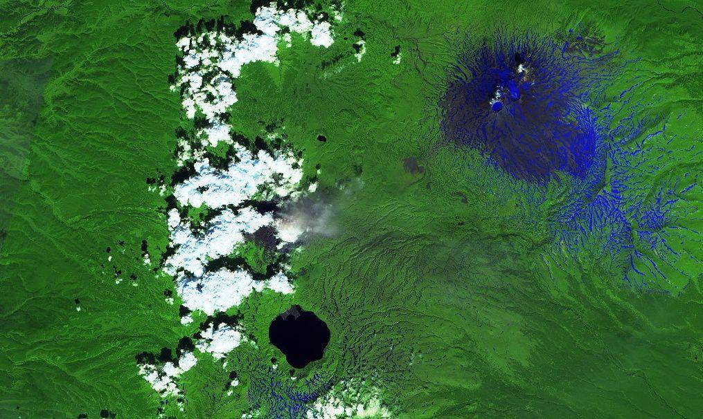 A gauche de l'image, les émissions de cendres du  Karymsky - image Sentinel 2 SWIR 29.07.2018