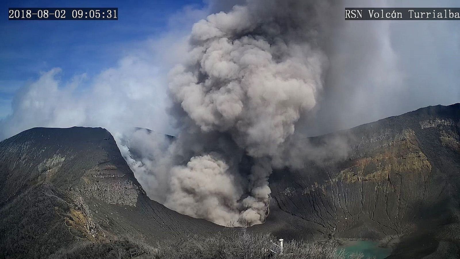 Turrialba - emission of ash 02.08.2018 / 9h05 - RSN webcam