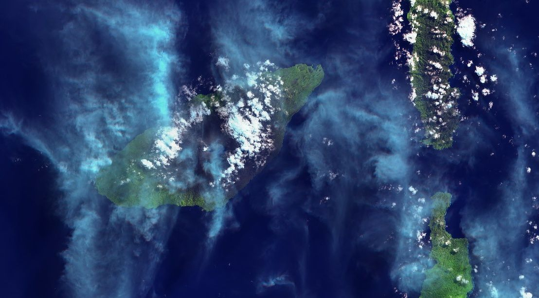 Ambae - on the general view, there are Ambae and ash emissions of Lombenben, and to the east, the island of Pentecost - a click to enlarge - images Sentinel 2 Bands 11,8,2 of 02.08.2018