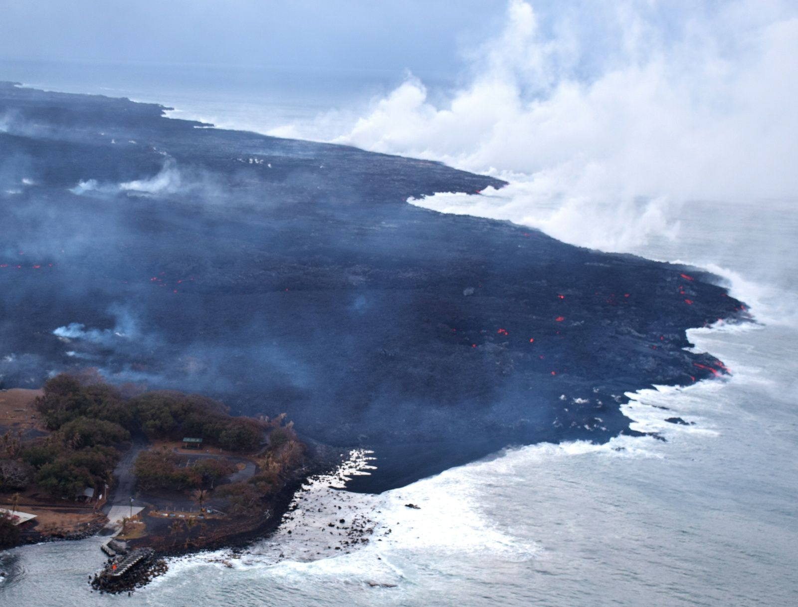 Kilauea East rift zone - The south of the lava field, with some incandescent spots, and the laze plume to the sea - HVO-USGS photo